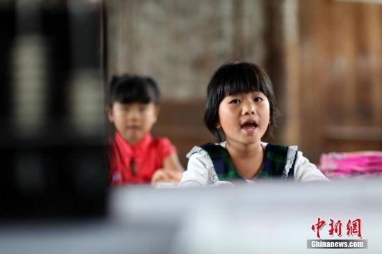 9月7日,贵州省丹寨县排调镇党干村教学点,一年级学生王芳英上语文课。 中新社发 黄晓海 摄