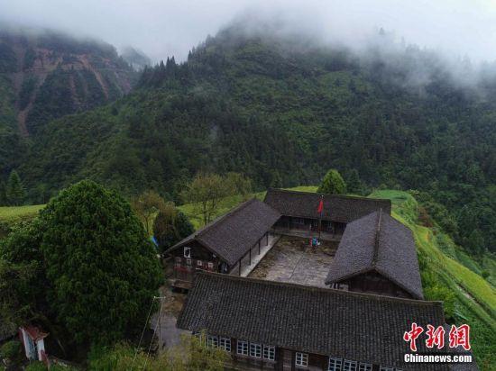 9月7日,航拍贵州省丹寨县排调镇党干村教学点。 中新社发 黄晓海 摄