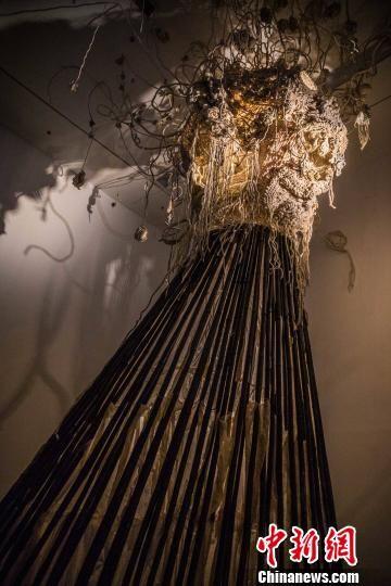 邬建安为此次展览创作的《大身体》,用了近千米手织土布以及着蜡丝绸、蜂巢以及染蓝的竹竿,纵贯展场两层的空间 钟欣 摄