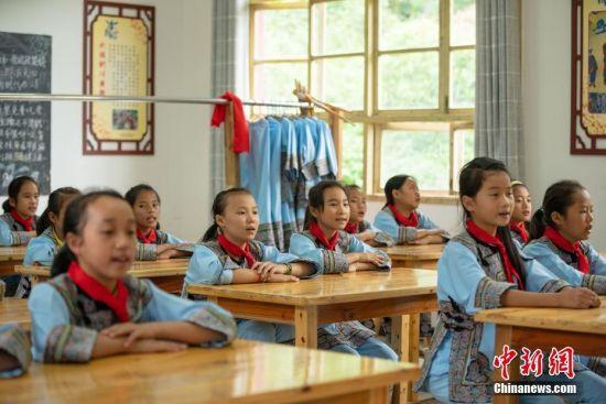 学生在教室里学唱水族歌曲。 中新社记者 贺俊怡 摄