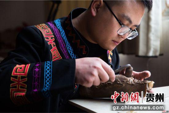 大方漆制品采用牛、羊等皮革和棉、麻、绸、木等做胎,采用大方天然生漆为主要漆料。