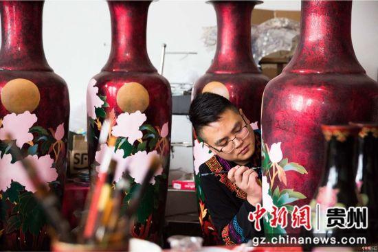 大方漆制品采用牛、羊等皮革和棉、麻、绸、木等做胎,采用大方天然生漆为主要漆料。罗大富 摄