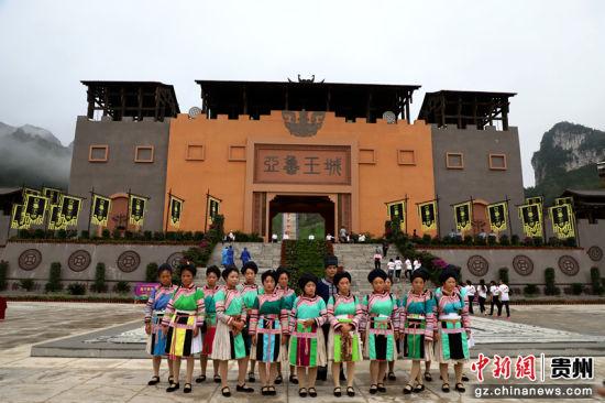参加演出的演员在亚鲁王城前合影