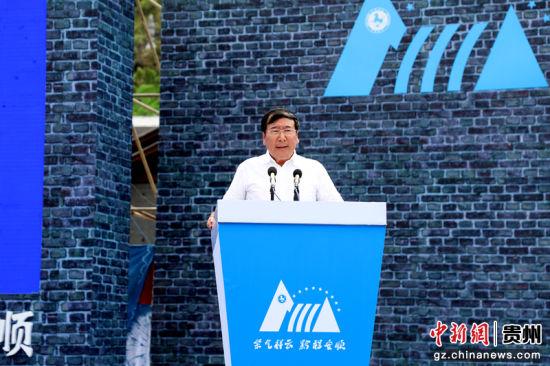 国际攀岩联合会副主席、中国登山协会主席李致新先生宣布赛事开幕。