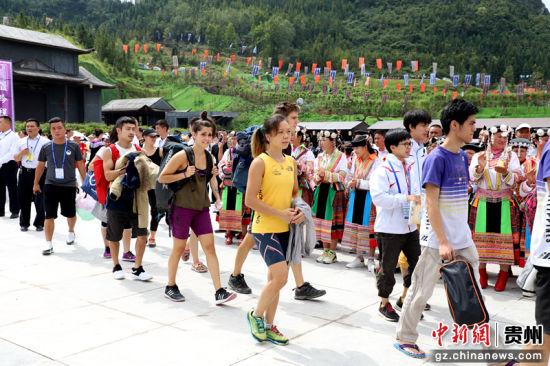 """现场的领导、嘉宾移步到格凸国际攀岩公园,共同瞩目""""中国·格凸2018'一带一路'国际攀岩大师赛""""盛会"""
