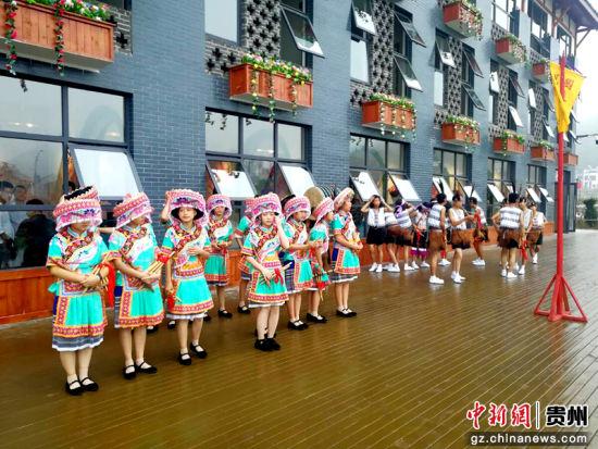 苗族芦笙舞演员在现场准备