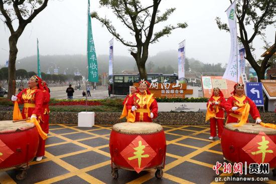 """南山田园综合体大门口,锣鼓喧天庆祝首届""""中国农民丰收节"""""""
