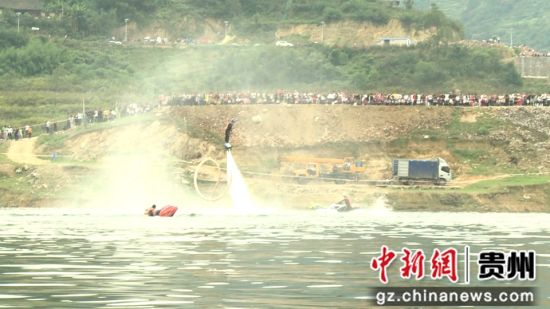 贵州2018开阳龙舟文化节水上飞人和摩托表演现场 赵万江 摄