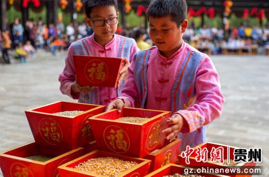 """图为""""吃新节""""上童男童女们向天地敬五谷。田东 摄"""