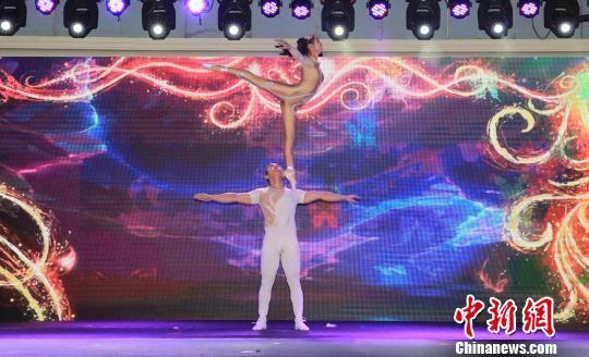 杂技表演《肩上芭蕾》。 张晨翼 摄