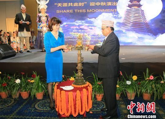 中国驻尼泊尔大使于红、尼泊尔众议院议长马哈拉(右)为活动点灯。 张晨翼 摄