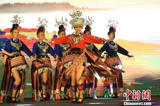 苗族舞蹈《锦鸡舞》。 张晨翼 摄