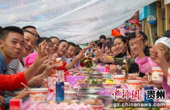 图为浞水镇民众长席宴欢度中秋佳节。 田东 摄