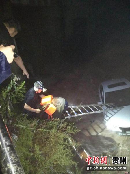 暴雨致车辆卷入水中 民警及时救出被困人员 息烽县公安局