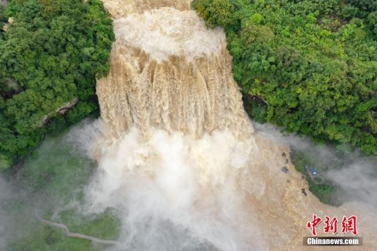 9月26日,航拍贵州安顺黄果树瀑布。当日,受强降雨及上游来水的影响,黄果树瀑布迎来2018年入秋以来最大洪峰。中新社记者 贺俊怡 摄