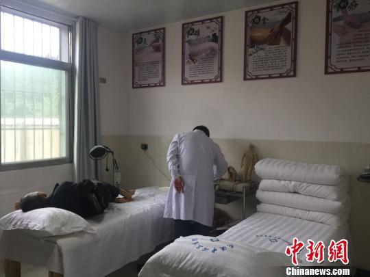 村民在余庆县龙溪镇苏羊村卫生计生服务室接受理疗治疗。 张伟 摄