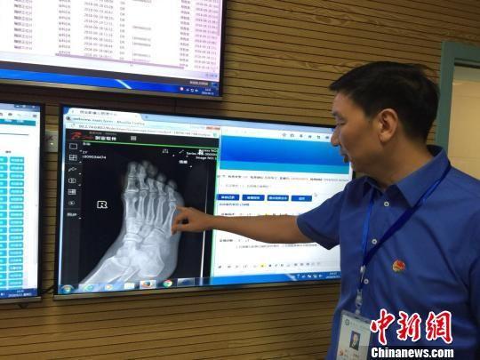 医改后的余庆县人民医院远程影像中心。 张伟 摄