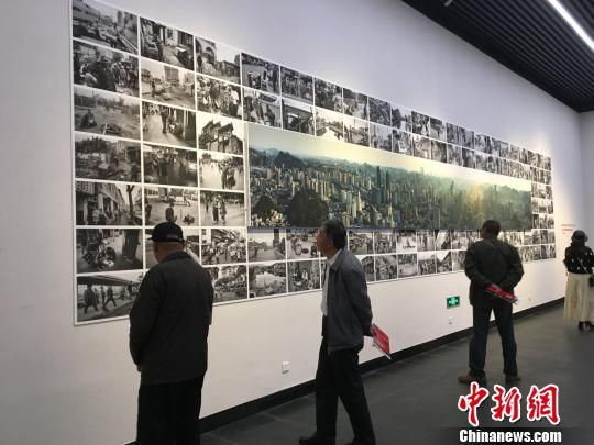 图为观众驻足在新旧城市变化的影像前。 杨茜 摄