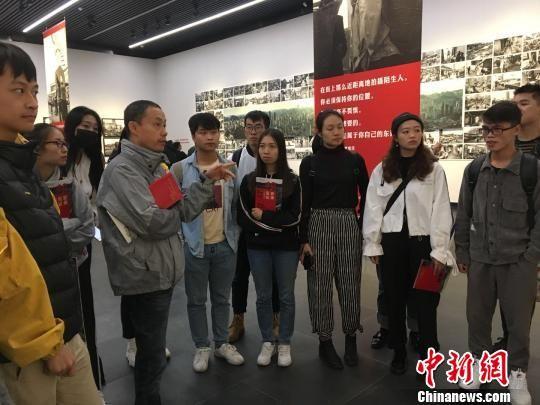 图为贵州大学摄影系学生前来参观学习。 杨茜 摄