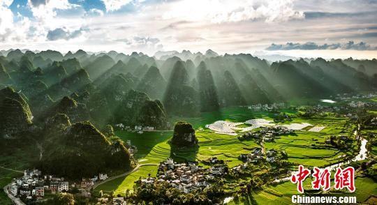 美丽乡村万峰林。 张霆 摄