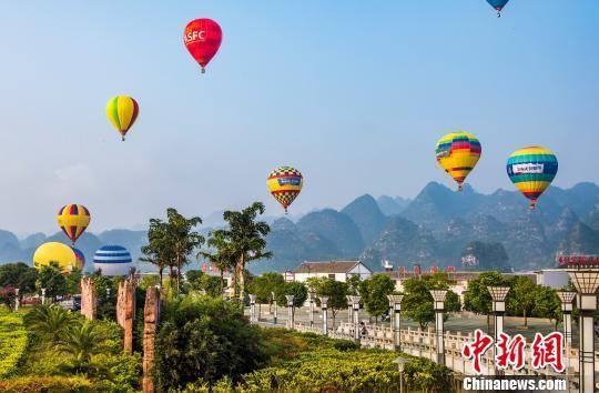 在兴义举行的中国热气球俱乐部联赛比赛现场。 张霆 摄