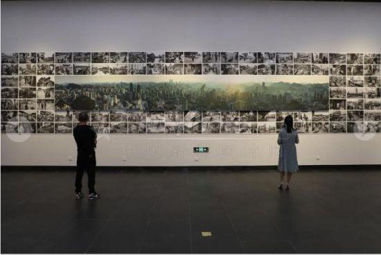 """9月29日,民众在参观拼接的老照片。当日,《影像见证一座古城的历史变迁――纪念改革开放四十周年》陈刚摄影展在贵州美术馆持续展出,200幅以贵阳""""人""""精神面貌的变化为主题和贵阳新旧面貌对比的作品吸引众多民众参观。"""