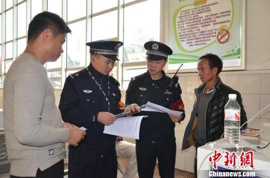贵铁警方抽查旅客车票。 贵铁警方供图