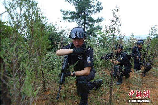 警方发现可疑人员核实其身份。观山湖警方供图