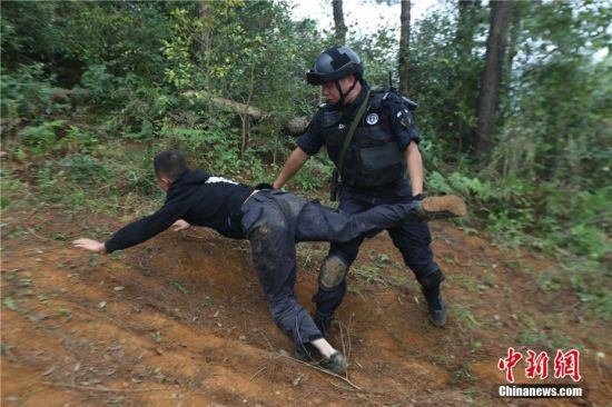 警方对嫌疑人进行抓捕。观山湖警方供图