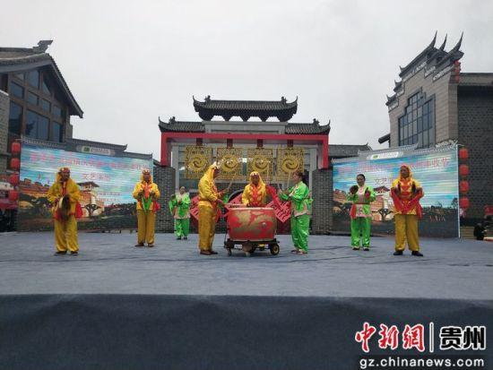 南门村表演的丰收锣鼓。