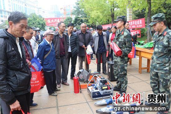 图为六盘水消防国庆节期间向群众介绍灭火器使用方法。