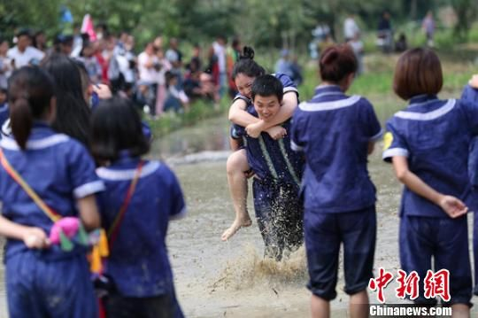 """图为10月5日,贵州望谟举行的""""水田背情人""""趣味比赛 贺俊怡 摄"""