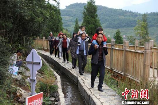 图为游客在大发渠上观光游玩。 瞿宏伦 摄