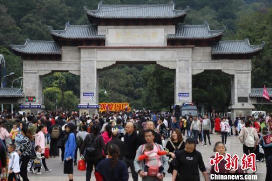 图为10月6日,贵阳黔灵山公园入口,游客络绎不绝。 瞿宏伦 摄