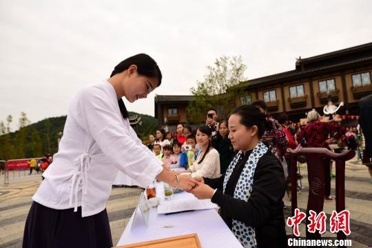 图为参赛选手正在奉茶。杨武魁 摄