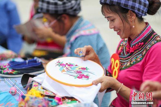 一名布依族绣娘在比赛中。中新社记者 贺俊怡 摄