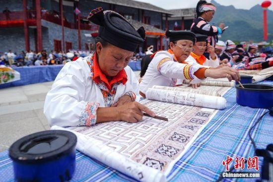 苗族蜡染艺人在比赛中。中新社记者 贺俊怡 摄