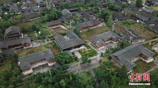 航拍龙潭古寨错落有致的房屋。中新社记者 瞿宏伦 摄