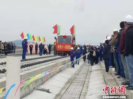 成贵铁路云(南)贵(州)段正线开始铺轨。 郑珍荣 摄