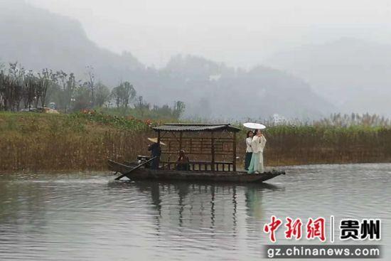 10月13日,德江县白果沱湿地公园进行旅游文化展示。
