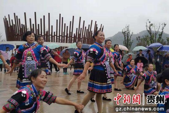 10月13日,德江县白果沱湿地公园旅游文化展示活动中,当地妇女为游客表演土家族传统舞蹈。
