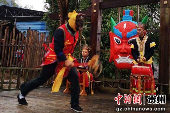 10月13日,德江县旅游文化展示活动中,桶井乡民众为游客表演傩戏。