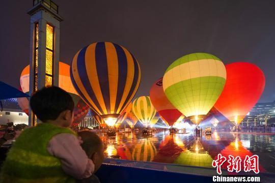 兴义市热气球表演。 贺俊怡 摄