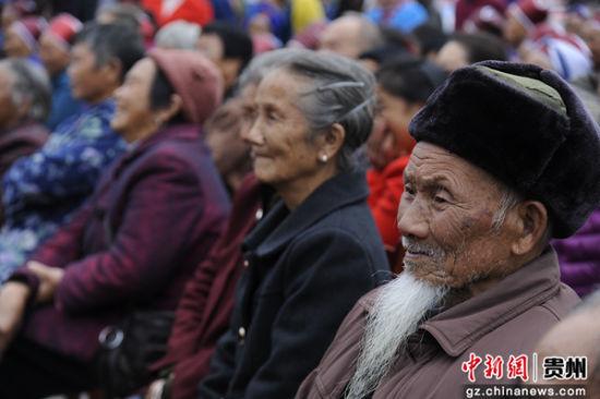 观看演出的老年人。王永龙 摄