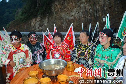 侗戏演员准备吃团圆饭