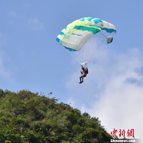 坝陵河大桥低空跳伞比赛现场图。 蒲学光 摄