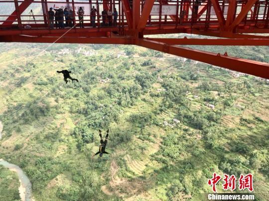 坝陵河大桥低空跳伞比赛现场图。 周燕玲 摄