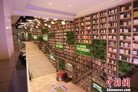 图为巨型图书架显壮观。 陈超 摄