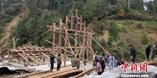 正在组装的苗族木屋。曾实 摄