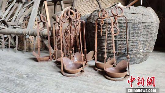 苗耀升收集的苗族藏品。宁南 摄